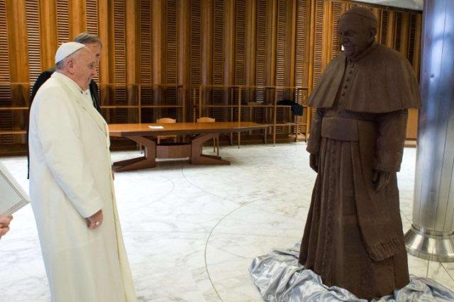 VATICAN-POPE-GIFT